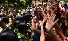 Polícia bloqueia estudantes universitários em protesto na Venezuela Foto: RONALDO SCHEMIDT / AFP