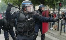 Policiais enfrentam manifestantes durante protesto contra reforma trabalhista em Paris Foto: Francois Mori / AP