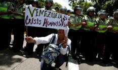 Manifestante venezuelana pede socorro por crise humanitária no país Foto: CARLOS GARCIA RAWLINS / REUTERS