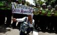Manifestante venezuelana pede socorro por crise humanitária no país