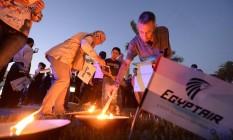 Egípcios acendem velas em homenagem a vítimas da queda do avião da EgyptAir Foto: KHALED DESOUKI / AFP