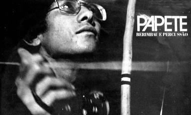 Papete na capa de seu primeiro disco, 'Berimbau e percussão': um porta-voz da música maranhense Foto: Divulgação / Divulgação