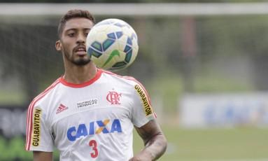 Cesar Martins em treino do Flamengo: falta de opção para a zaga fez o clube reintegrá-lo ao elenco Foto: Gilvan de Souza / Flamengo/divulgação