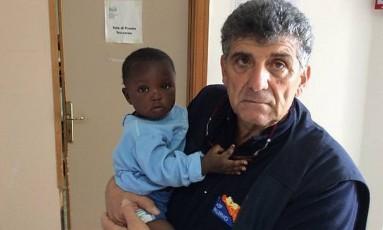 Doutor Pietro Bartolo posa com menina resgatada: 'Se pudesse, a adotaria' Foto: Reprodução