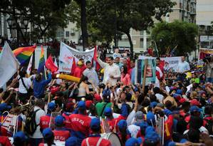Maduro cumprimenta apoiadores em manifestação em Caracas Foto: HANDOUT / REUTERS