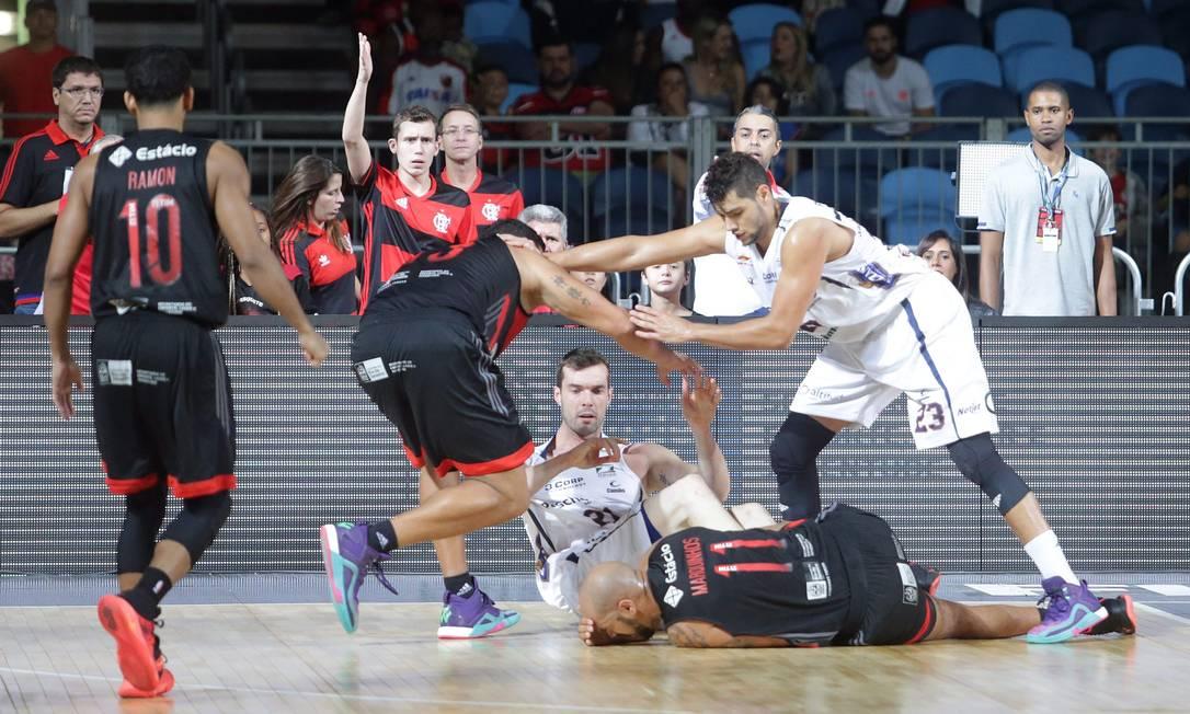 Rubro-negro Marquinhos e Murilo, do Bauru, caem na quadra na partida na Arena Carioca 2 Rafael Moraes