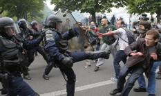 Conflito. Policiais em confronto com trabalhadores portuários que protestavam contra a nova Lei do Trabalho, em Paris Foto: Francois Mori / AP/François Mori