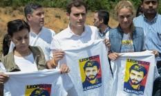 Campanha dupla. Albert Rivera, do Cidadãos, posa com familiares de López Foto: AFP/25-5-2016