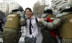 Estudante é preso durante manifestação em Santiago Foto: CLAUDIO REYES / AFP