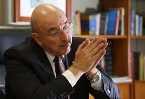 O ministro do Desenvolvimento Social e Agrário, Osmar Terra, em seu gabinete Foto: Michel Filho / Agência O Globo