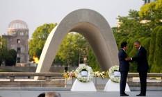 O presidente dos EUA, Barack Obama, e o premier do Japão, Shinzo Abe, se cumprimentam depois de depositarem coroas de flores no Parque Memorial da Paz de Hiroshima Foto: CARLOS BARRIA / REUTERS