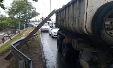 Acidente aconteceu na Barra; consórcio diz que lamenta ocorrido Foto: Foto enviada pelo leitor Felipe Moreno para o Whatsapp do GLOBO / Eu-Repórter