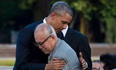 Presidente Barack Obama abraça Shigeaki Mori, um dos sobreviventes da bomba de Hiroshima Foto: JIM WATSON / AFP