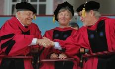 Fernando Henrique Cardoso cumprimenta o cineasta Steven Spielberg durante entrega do título de doutor honoris causa. Entre os dois está Mary Bonauto, advogada defensora dos direitos humanos Foto: BRIAN SNYDER / REUTERS