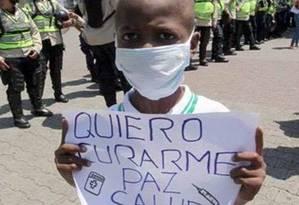 Oliver Sánchez leva cartaz em pedido de ajuda para protesto em Caracas Foto: Reprodução