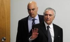 Ministro da Justiça, Alexandre de Moraes, ao lado do presidente em exercício, Michel Temer Foto: Givaldo Barbosa / Agência O Globo
