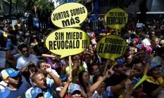 Manifestantes protestam pela realização de um referendo revogatório contra Maduro, em Caracas Foto: CARLOS GARCIA RAWLINS / REUTERS