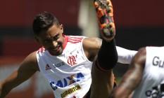 César Martins durante treino do Flamengo: zagueiro foi alvo de agressão de grupo de torcedores Foto: Agência O Globo