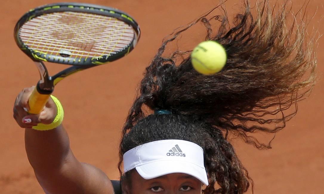 Saque da japonesa Naomi Osaka, de origem haitiana, na derrota para Simona Halep, da Romênia, pela terceira rodada de Roland Garros Christophe Ena / AP
