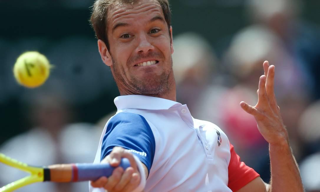 A sexta-feira foi de vitória para um tenista da casa: o francês Richard Gasquet derrotou o australiano Nick Kyrgios por 3 sets a 0 ERIC FEFERBERG / AFP