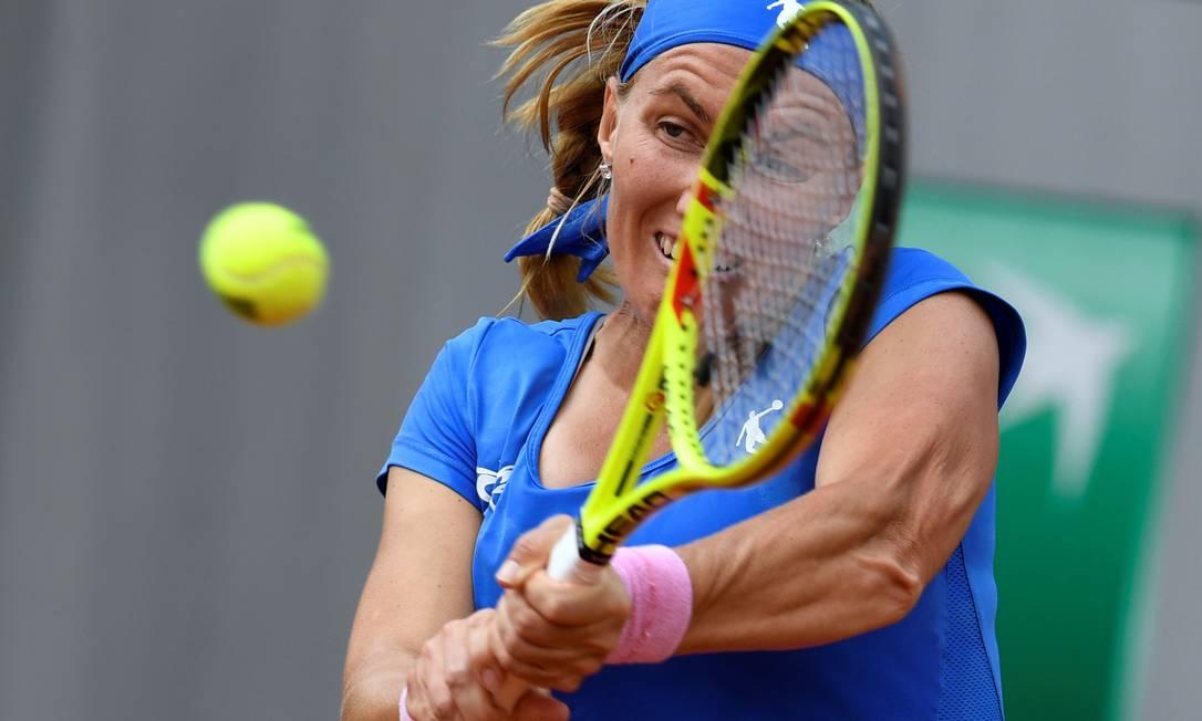 Apesar do esforço na devolução, Svetlana Kuznetsova teve uma vitória tranquila sobre Pavlyuchenkova: parciais de 6-1 e 6-4 MIGUEL MEDINA / AFP
