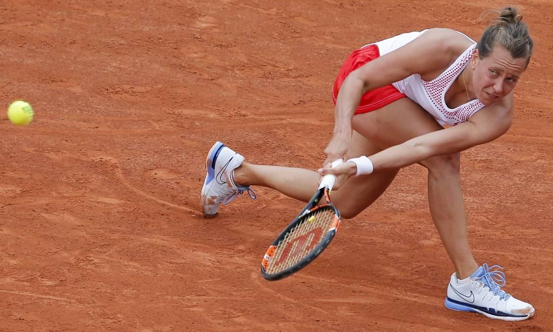 Barbora Strycova, da República Tcheca, sofre para fazer uma devolução na derrota para a polonesa Agnieszka Radwanska, na terceira rodada de Roland Garros Christophe Ena / AP