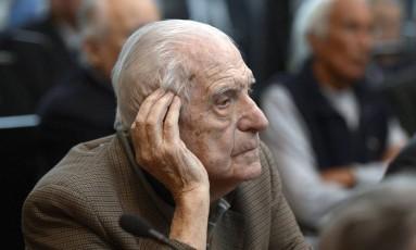 Ex-presidente argentino, Reynaldo Bignone comparece em 2013 a julgamento sobre crimes cometidos na Operação Condor Foto: JUAN MABROMATA / AFP