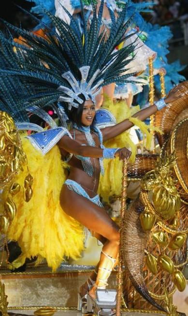 A top inglesa Naomi Campbell é praticamente brasileira. A modelo, de 46 anos, tem uma ligação especial com o Rio de Janeiro. Em 2005, por exemplo, ela foi destaque da Portela no carnaval Márcia Foletto/ O Globo