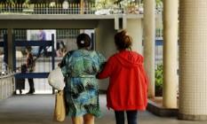 Menor vítima de estupro coletivo deixa Hospital Souza Aguiar com a mãe Foto: Gabriel de Paiva / Agência O Globo