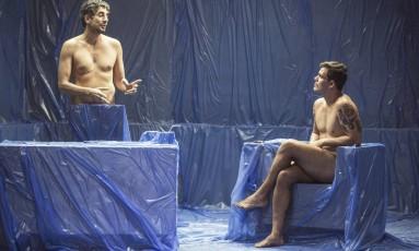 Michel Melamed e Juliano Cazarré no palco do 'Bipolar show' Foto: Divulgação / Julia Rodrigues