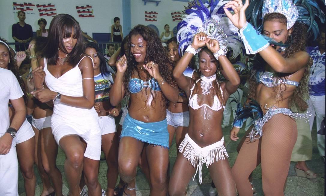 Em 2002, Naomi Campbell dançou na quadra da Portela com as passistas Ricardo Leoni
