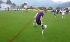 Jamie Tregaskiss, jogador amputado do Manchester City, aplica um chapéu em adversário antes de marcar golaço Foto: Reprodução
