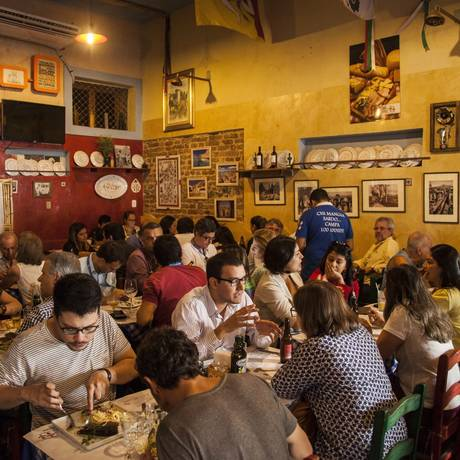 Salão do tradicional restaurante de comida italiana, localizado em São Cristóvão: mesas são ocupadas por uma clientela fiel Foto: Hermes de Paula / Agência O Globo