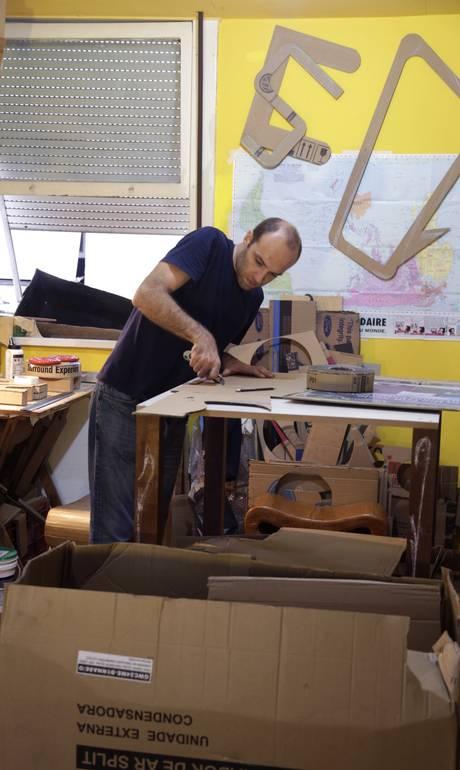 No Rio, francês desenha e monta móveis e luminárias de papelão