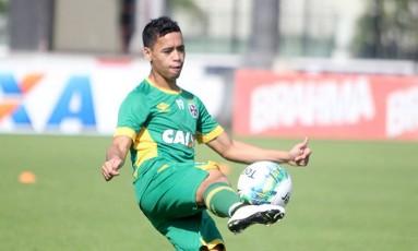 Pikachu domina a bola no treino do Vasco nesta sexta Foto: Divulgação