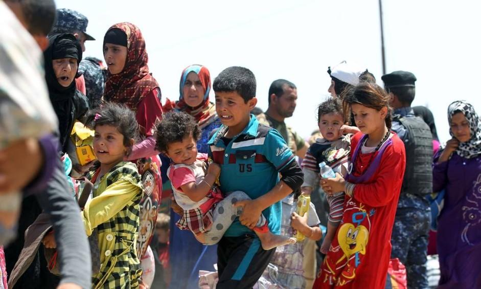 Famílias iraquianas perto da vila de al-Sejar, próxima à província de Anbar, após fugirem de Fallujah nesta sexta-feira Foto: AHMAD AL-RUBAYE / AFP