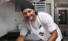 André Reis, em sua fábrica no Pechincha, com variedade dos brownies Foto: Agência O Globo / Fabio Rossi