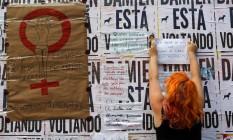 Mulheres em São Paulo colam mensagens de apoio e repúdio a estupro de jovem no Rio Foto: Edilson Dantas / Agência O Globo