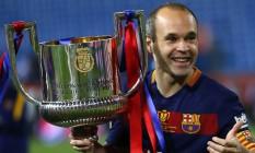 Iniesta com o troféu de campeão da Copa do Rei conquistado com o Barcelona Foto: Francisco Seco / AP