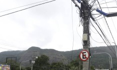Piso tátil contorna poste cheio de fios em calçada de Piratininga Foto: Marcelo Carnaval