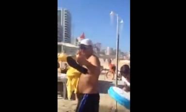 Aécio Neves é hostilizado em praia do Rio Foto: Reprodução