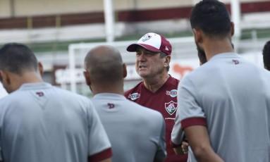 O técnico Levir Culpi conversa com os jogadores do Fluminense Foto: Divulgação