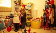 Manoela Gambardella e seu filho Davi brincam sem interrupção de celulares Foto: Daniel Marenco / Agência O Globo