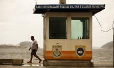 A cabine na Praia de Icaraí conta apenas com a presença de guardas municipais. Foto: Guilherme Leporace / Agência O Globo