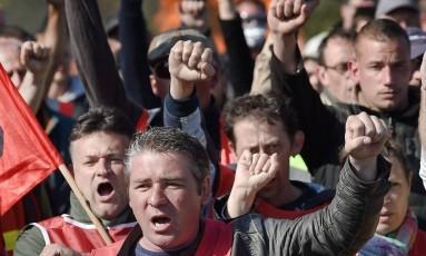Protestos. Trabalhadores em greve na França impedem o acesso à Refinaria de Donges, no oeste daquele país Foto: Jean-Sebastien Evrard/AFP