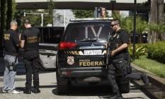 Policiais federais apreendem documentos em fase da Lava-Jato Foto: Fernando Lemos / Agência O Globo