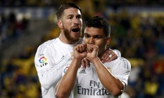 Casemiro é abraçado por Sergio Ramos ao marcar um gol com a camisa do Real Madrid Foto: JUAN MEDINA / Reuters