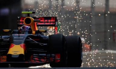 Daniel Ricciardo, da RBR, conquista a primeira pole na carreira Foto: ERIC GAILLARD / REUTERS