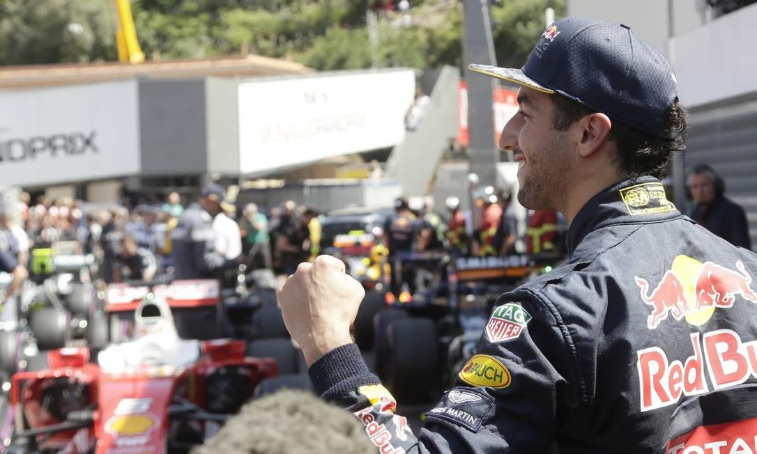 O australiano Daniel Ricciardo festeja, em Mônaco, a primeira pole na carreira Petr David Josek / AP