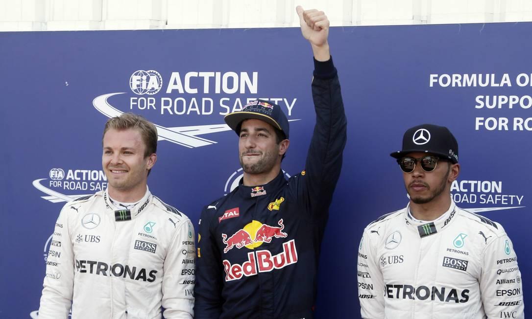 O australiano Daniel Ricciardo, ao centro, da RBR, entre a dupla da Mercedes: o alemão Nico Rosberg, à esquerda, e o britânico Lewis Hamilton Petr David Josek / AP